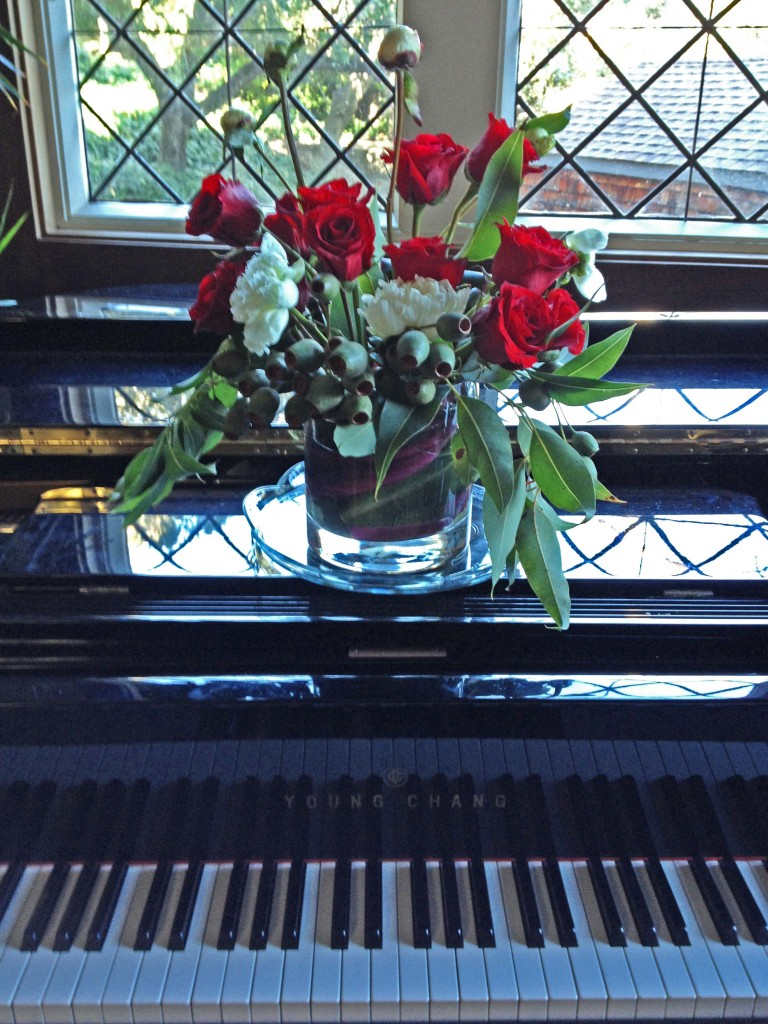Reception piano and roses a